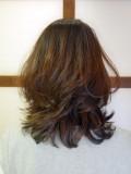 前髪長め下ろしの毛流れ大人ミディアム