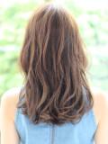 前髪長めの外ハネミディ