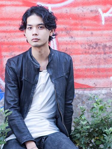 ルード×黒髪×無造作パーマ