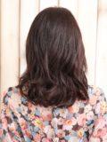 重め前髪で大人キュートなゆるハネ夏ミディアムヘア