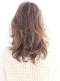 流し前髪のフェミニンミディ